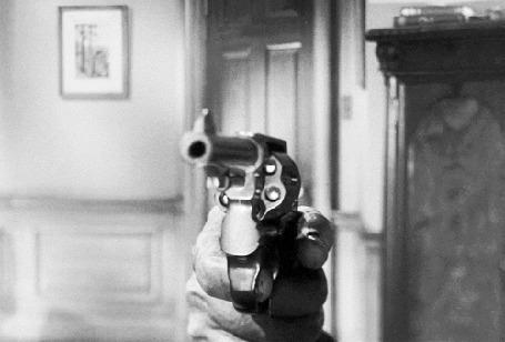 Анимация В руке револьвер, из которого производится выстрел