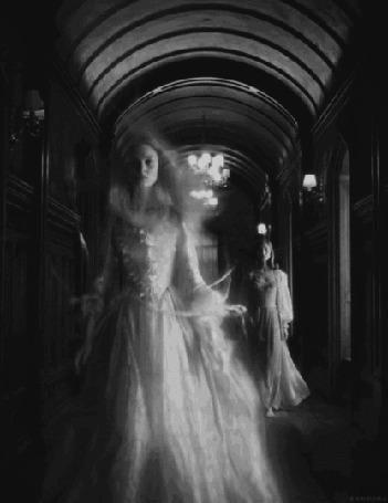 Анимация Приведение плывет в воздухе в коридоре старого замка