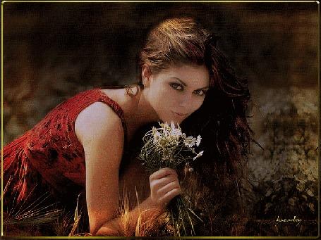 Анимация Признанная икона итальянского и мирового кинематографа Орнелла Мути / Ornella Muti с развевающимися волосами, держит в руке букетик полевых цветов