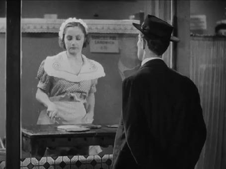 Анимация Мужчина стоит перед витриной и смотрит, как девушка жарит блины, и вдруг она бросает блин в стекло, метясь в лицо мужчины, , актер Бастер Китон / Buster Keaton / и актриса Дайана Льюис / Diana Lewisв х / ф Опера «большого шлема» /