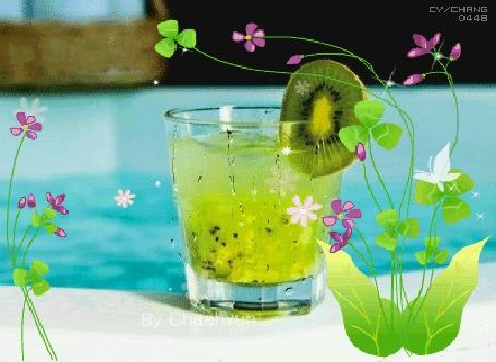 Анимация Напиток из киви в стакане на фоне цветов, cy / CHNRG 0448