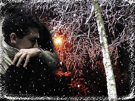 Анимация Девушка обнимается с парнем под падающим с неба снегом