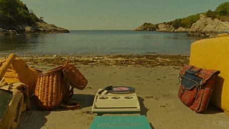 Анимация На берегу морской бухты стоит корзина, из которой любопытная морда кота, рядом стоит проигрыватель и доносится музыка