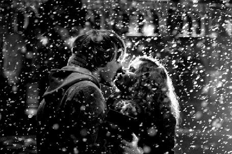 Анимация Девушка с парнем целуются, не обращая внимания на падающий снег