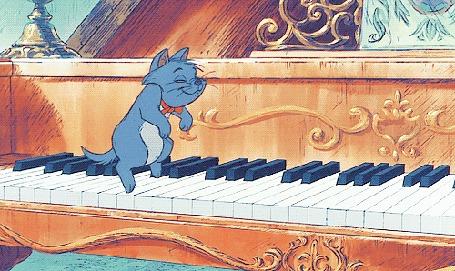 Анимация Котенок играет на клавишах пианино, мультфильм Коты аристократы