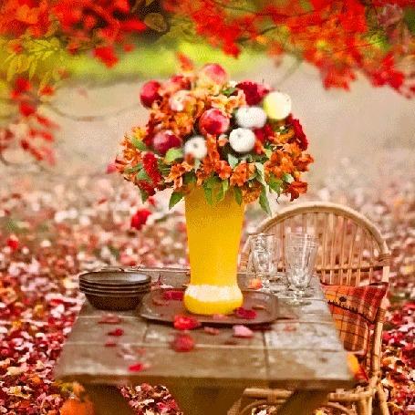 Анимация Букет цветов в вазе на столе осеннего парка