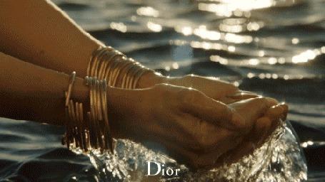 Анимация Девушка набирает в ладошки морскую воду, реклама парфюма от Christian Dior, J'adore Dior, The Absolute Femininity