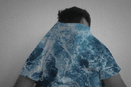 Анимация Мужчина в майке с изображением морских волн, с приливами и отливами