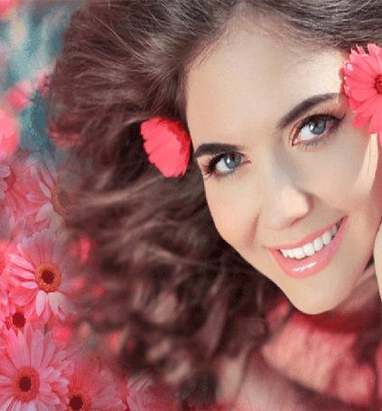 Анимация Красивая девушка с цветами в волосах, на фоне таких же цветов