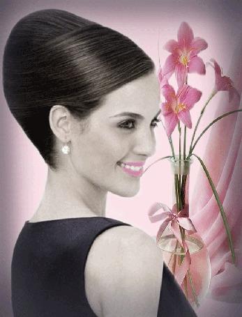 Анимация Красивая девушка улыбается, рядом стоит ваза с цветами
