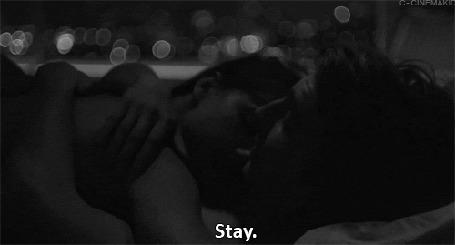 Анимация Девушка с мужчиной в постели (Stay)