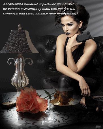 Анимация Девушка с телефоном в руке сидит за столом, на котором стоит светильник и чашка горячего кофе, лежит роза. (Абсолютно никакие серьезные проблемы не цепляют женщину так, как та фигня, которую она сама только что придумала))