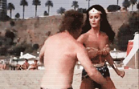 Анимация Девушка ударяет парня и он падает в воду, фильм Wonder Woman / Чудо-женщина