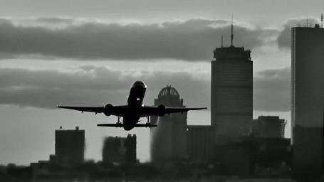 Анимация Над городом летит самолет