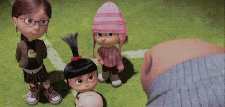 Анимация Агнесс протягивает копилку мистеру Грю, мультфильм Гадкий я