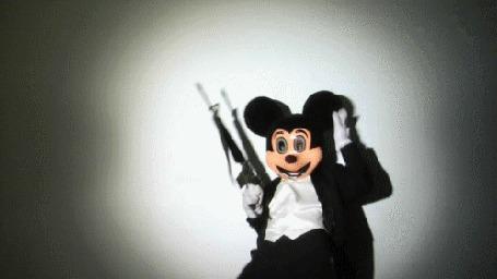 Анимация Танцующий актер в костюме Микки Мауса с ружьем