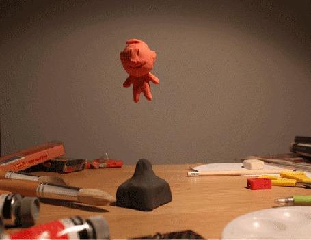 Анимация Пластилиновый человечек прыгает на пластилиновом батуте, мультфильм Пластилиновый человечек