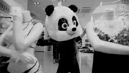 Анимация Человек в костюме панды танцует в магазине с манекенами