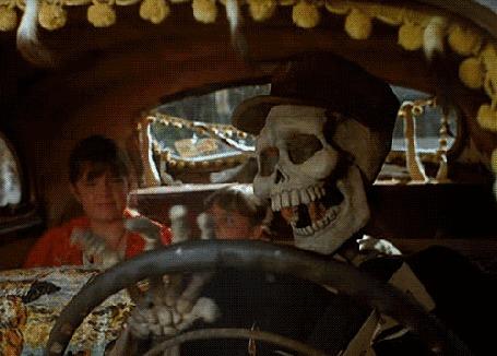 Анимация Скелет едет в авто за рулем
