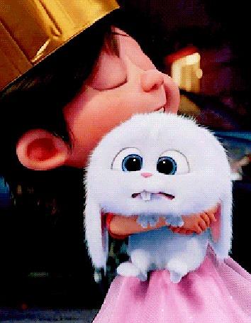 Анимация Девочка в короне и розовом платье держит на руках и нежно поглаживает Снежка из мультфильма The Secret Life of Pets / Тайная жизнь домашних животных