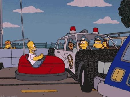 Анимация Гомер на автодроме врезается в полицейскую машину, мультфильм The Simpsons / Симпсоны