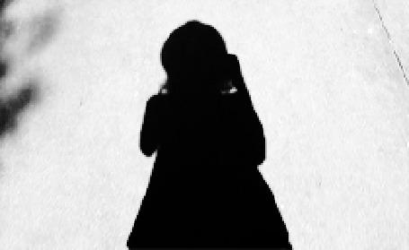 Анимация Тень идущей по дороге девушки