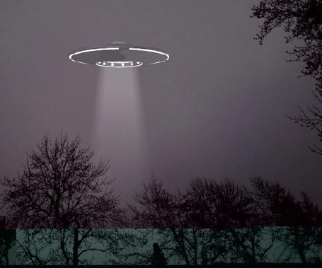 Анимация Летающая тарелка НЛО в небе над лесом