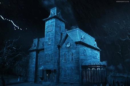 Анимация Над старинным замком в небе вспышки молний