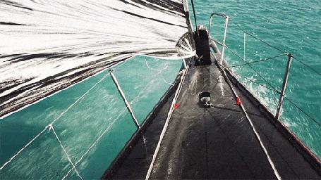 Анимация Нос лодки, бороздящей бирюзовое море