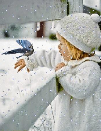 Анимация Девочка с птичкой на руке стоит под падающим снегом