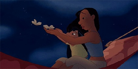 Анимация Персонажи из мультфильма Lilo & Stitch / Лило и Стич пускают с рук белые цветы
