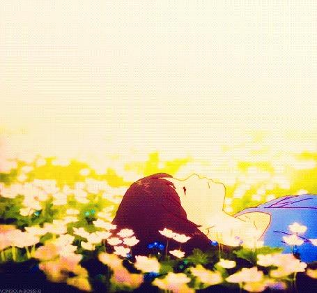 Анимация Девушка лежит, погруженная в свои мечты, на лугу, среди цветов, аниме The Wolf Children Ame and Yuki / Волчьи дети Амэ и Юки