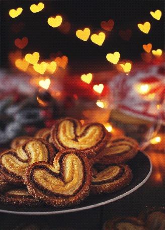 Анимация Печенье в форме сердечек на фоне бликов