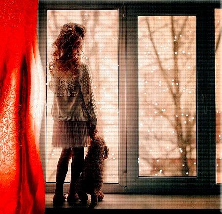 Анимация Девочка с игрушкой в руке стоит у окна, за которым идет снег