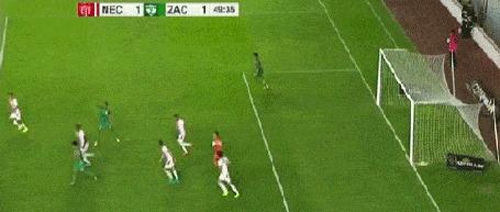 Анимация Вратарь бросает мяч, но он ударяется об игрока и отлетает в его ворота