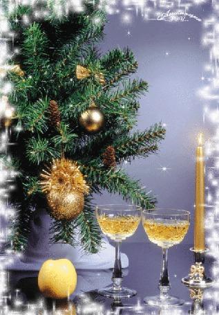Анимация Новогодний натюрморт-горящая свеча, два бокала с шампанским и яблоко у елки
