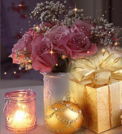 Анимация Цветы в вазе стоят перед новогодним шаром, баночкой со свечой и подарком
