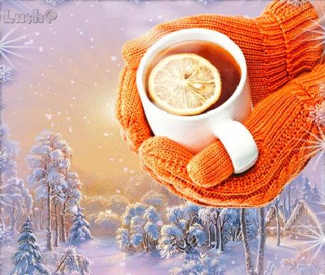 Анимация В руках девушки в варежках чашка горячего чая