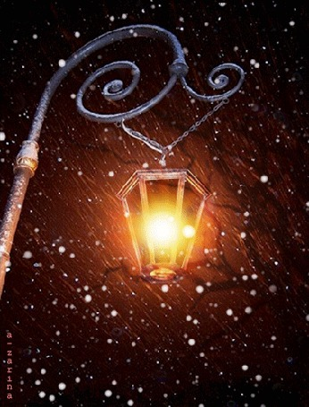 Анимация Ярко горящий фонарь висит качаясь от ветра на столбе, под падающим с ночного неба снегом, by a-zarina