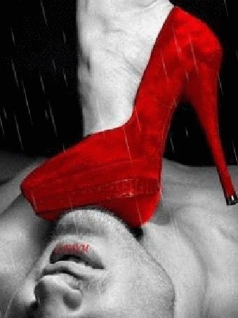 Анимация Женская ножка в красной туфельке, слегка придавила шею парня, лежащего на спине. Моросит дождь