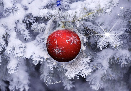 Анимация Новогодняя игрушка крутится на заснеженной елке, падают снежинки