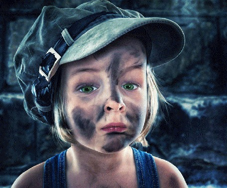 Анимация Плачущая, зеленоглазая девочка, вся испачканная черной сажей. На ней джинсовая кепка и синяя майка. За спиной девочки полыхает пламя и черная стена (c)
