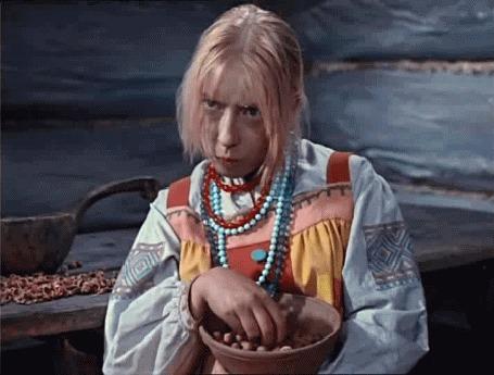 Анимация Вечно недовольная Марфушка, сидя за бревенчатым столом, щелкает зубами орехи и плюет скорлупу на пол (киносказка Морозко, режиссер А. Роу, в роли Марфушки -Инна Чурикова),(c)