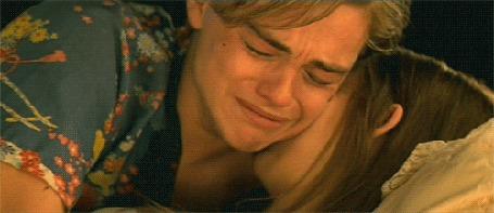 Анимация Отравленная Джульетта лежит в склепе, без признаков жизни. Над ней, склонившись, плачет Ромео думая что Джульетта умерла.(Кинодрама Ромео и Джульетта, режиссер Баз Лурман. В роли Ромео-Леонардо Ди Каприо, в роли Джульетты-Клэр Дэйнс),(c)