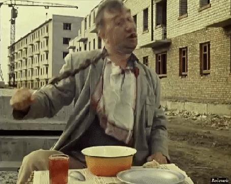 Анимация Киногерой Алексея Смирнова Федя, Хулиган сидит на стройке, ест шашлык и пьет компот, к / ф Операция Ы и другие приключения Шурика