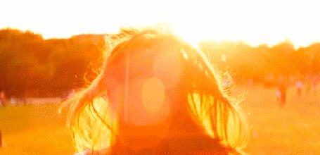 Анимация Девушка улыбается, утопая в солнечных лучах