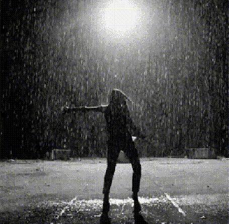 Анимация Девушка ночью танцует под дождем