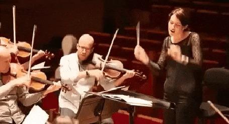 Анимация Скрипичный оркестр-мужчины на скрипках и веселая девушка-дирижер