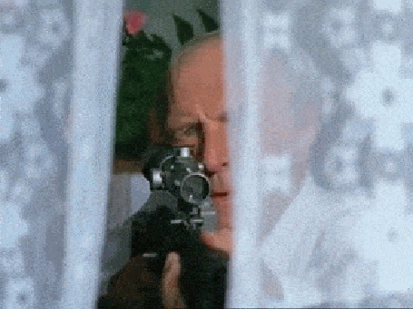 Анимация Киногерой Иван Федорович Афонин, акт. Михаил Ульянов, целится из снайперской винтовки из окна в Игоря Зворыгина, акт. Марат Башаров рядом с его друзьями Вадим Пашутин, акт. Илья Древнов и Борис Чуханов, акт Алексей Макаров, х / ф. Ворошиловский стрелок