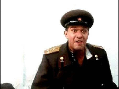 Анимация Вор Толян в исполнении Владимира Машкова рвет на груди военный мундир, х / ф Вор